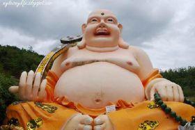 Bouddha rieur géant richement coloré