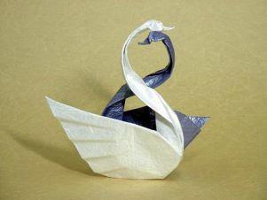 2 cygnes en pliage de papier, merveille de l'origami japonais