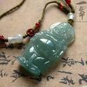 un bouddha de jade en pendentif