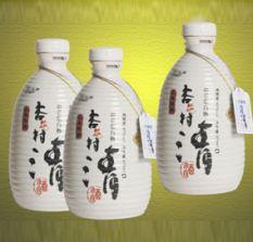 Des bouteilles spécifiques existent pour contenir le saké