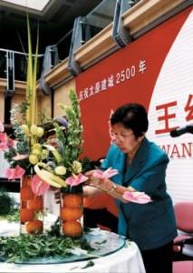 De nombreux japonais pratiquent l'art floral ikebana